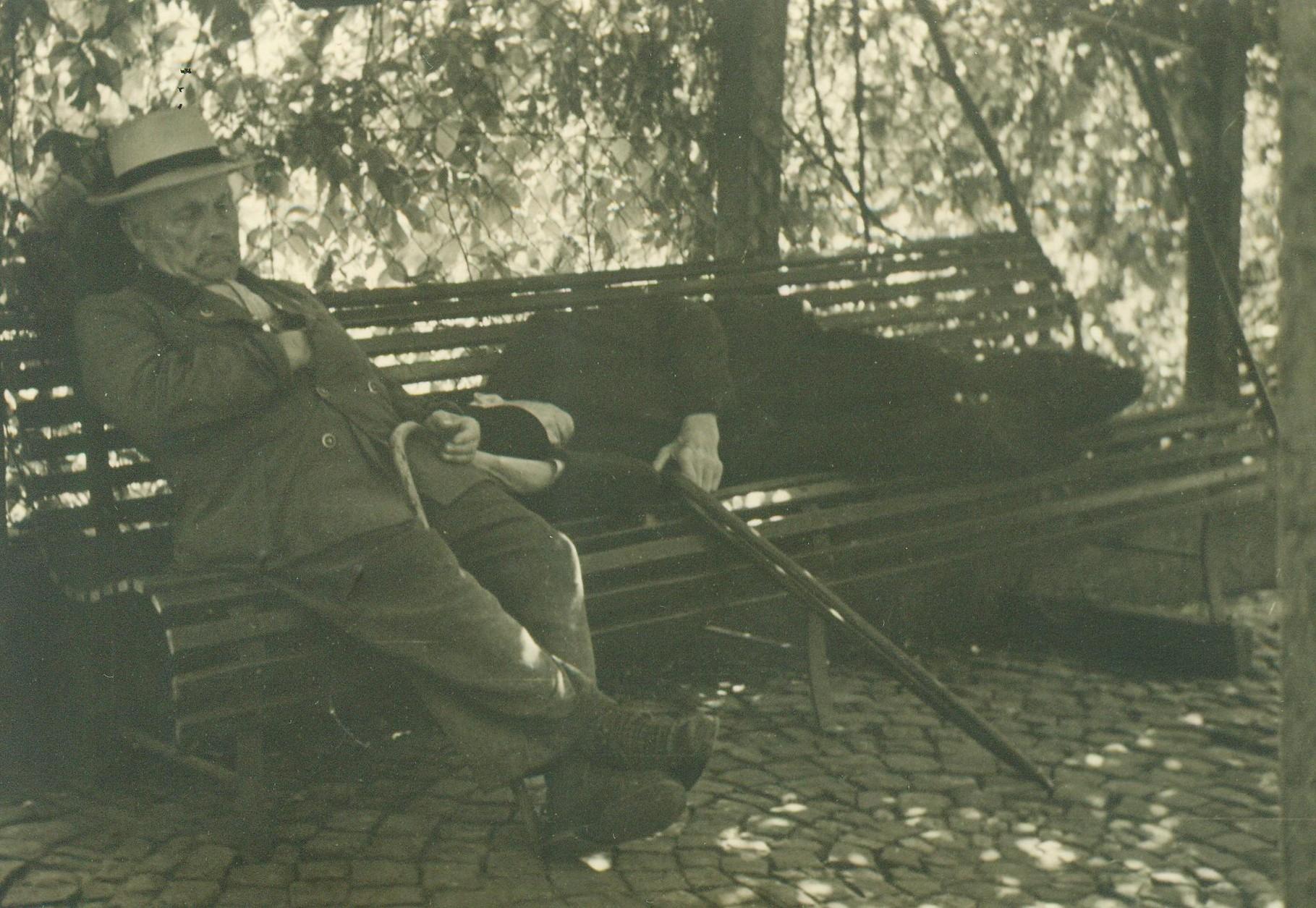 """Wilhelm Sälzer und """"Heustutz"""" beim Mittagsschlaf"""