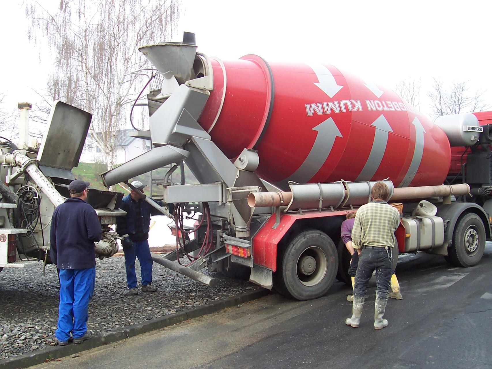 April 2006 - Die Bodenplatte wird gegossen
