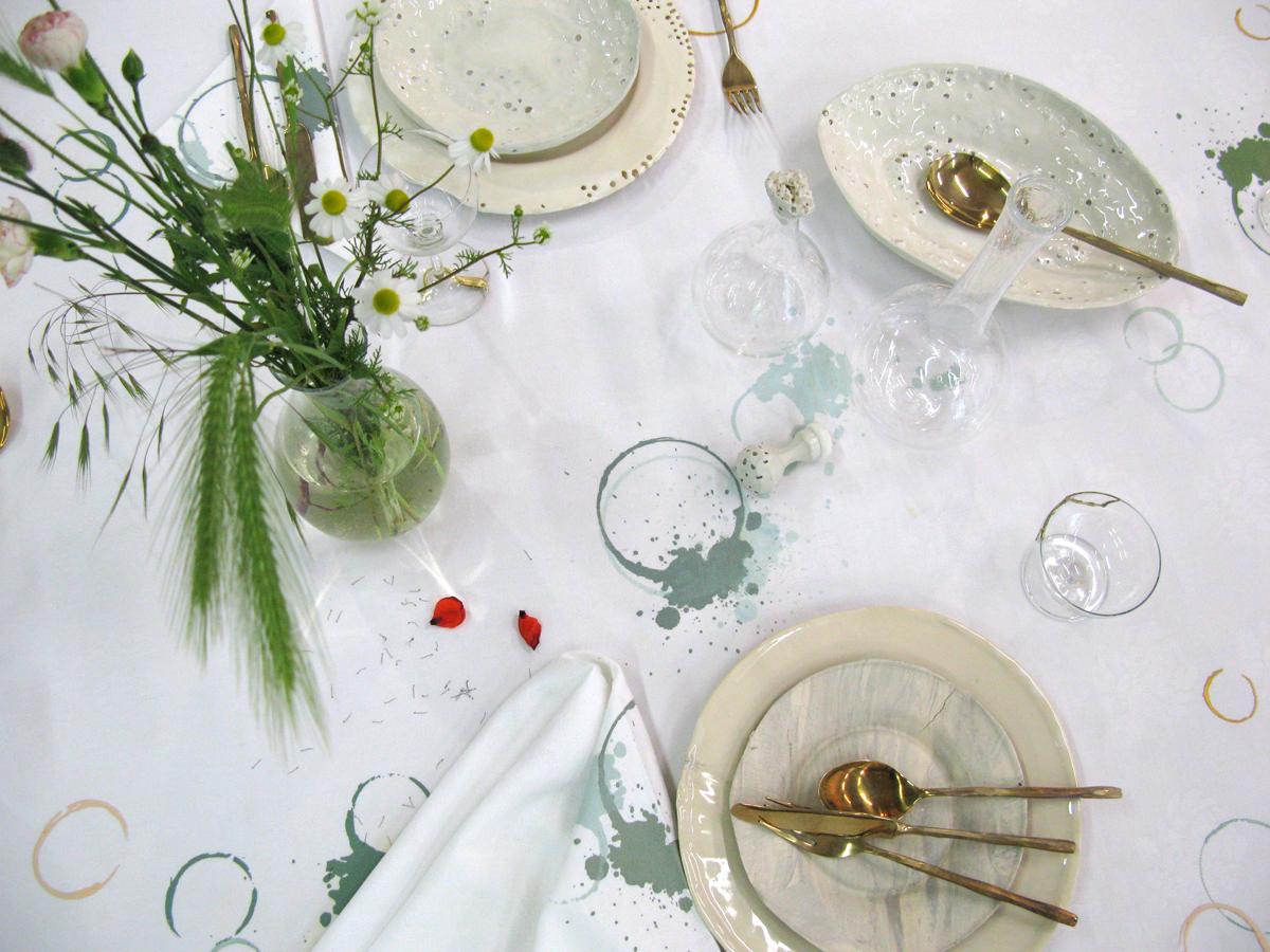 SUSTAINED tafellaken met servies van Daniel van Dijck