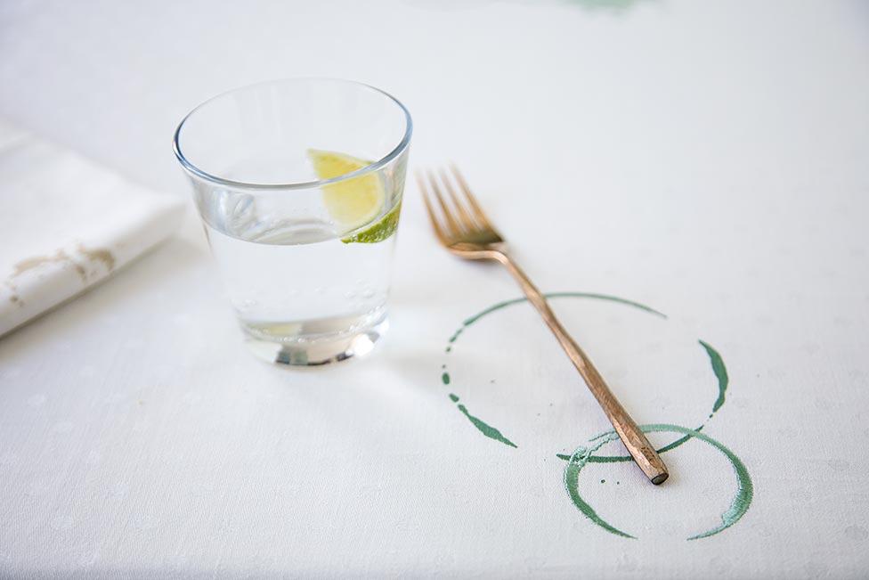 SUSTAINED tafellaken met geborduurde en gezeefdrukte vlek